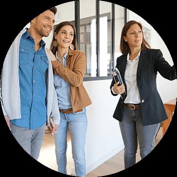 Prezentacja nieruchomości klientom przez agenta z biura Properton