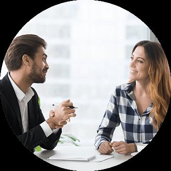 Posrednik z biura nieruchomosci Properton rozmawia z Klientem odnosnie sprzedazy nieruchomości w Warszawie
